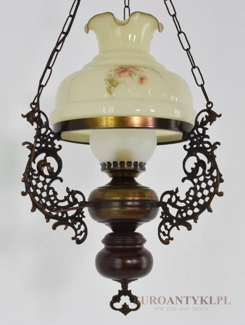 Klasyczna lampa rustykalna nad stolik w salonie. Lampy